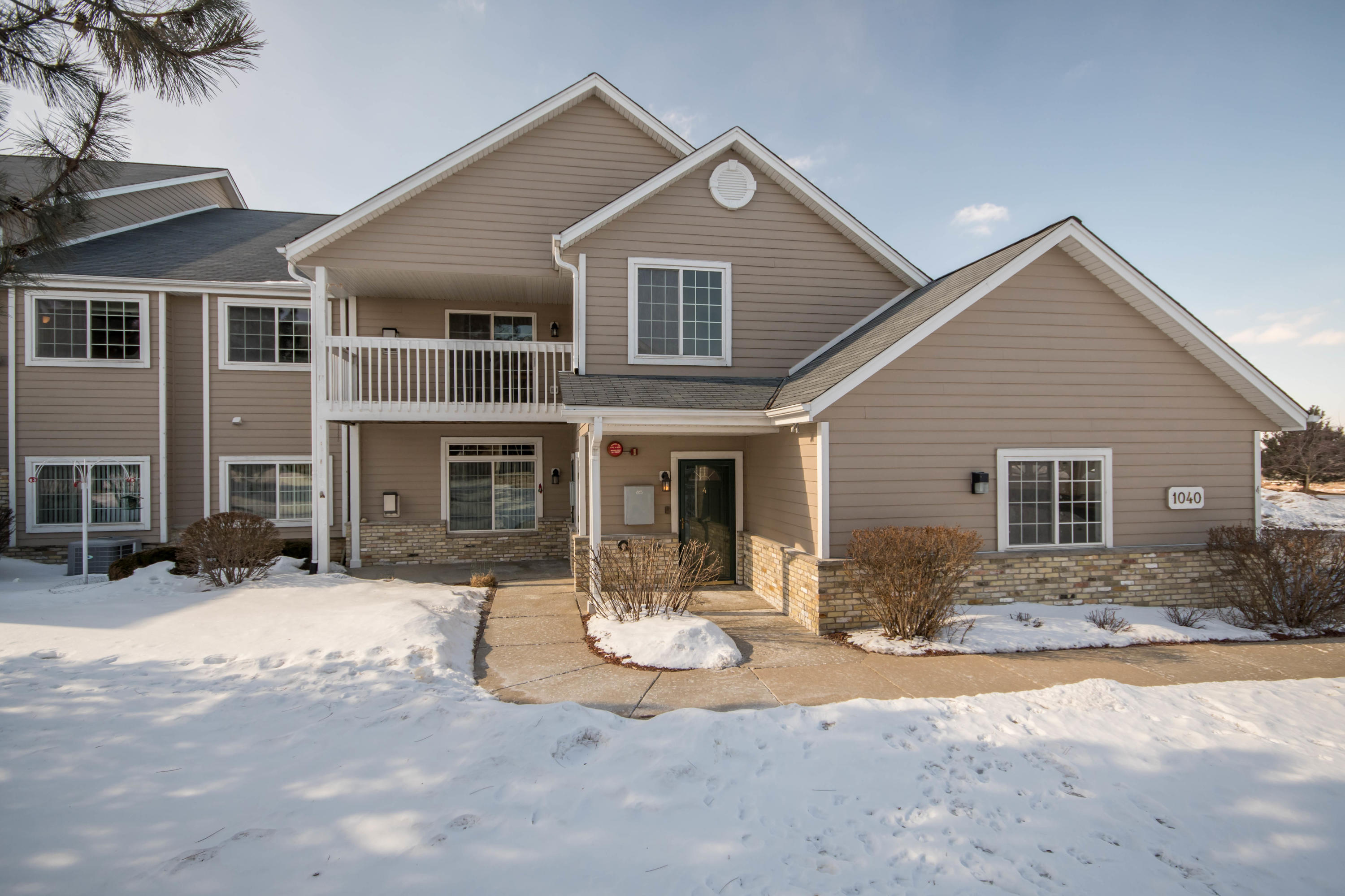 1040 River Place Blvd, Waukesha, Wisconsin 53189, 3 Bedrooms Bedrooms, 5 Rooms Rooms,2 BathroomsBathrooms,Condominiums,For Sale,River Place Blvd,2,1624968