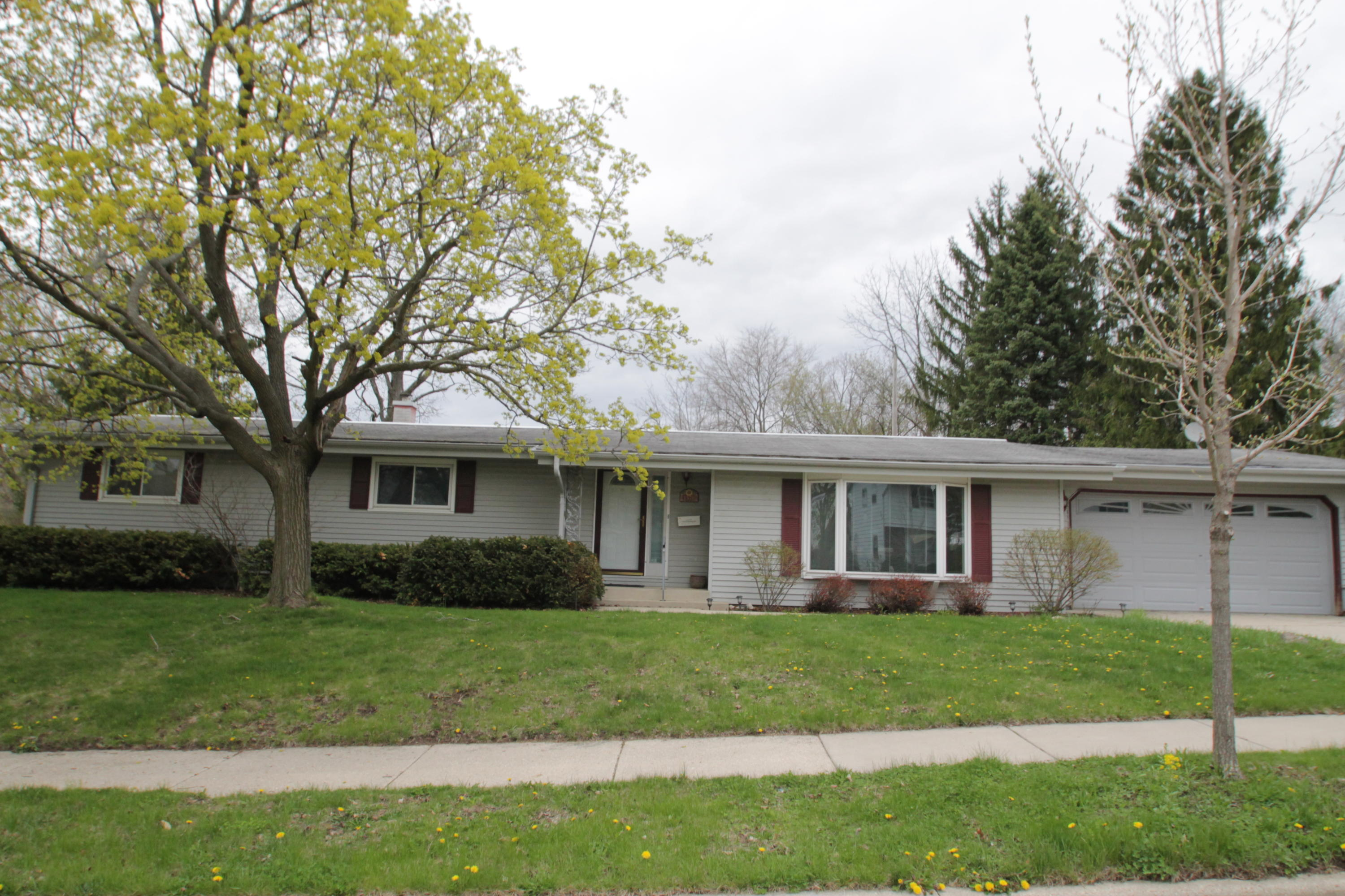 1570 Dover Dr, Waukesha, Wisconsin 53186, 3 Bedrooms Bedrooms, 7 Rooms Rooms,1 BathroomBathrooms,Single-Family,For Sale,Dover Dr,1635198