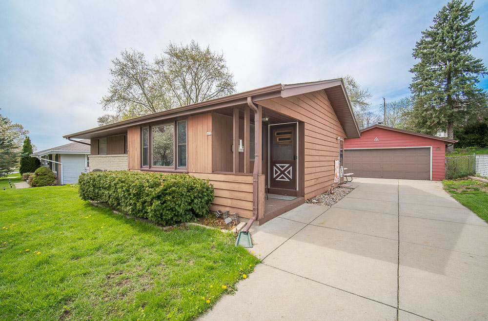 402 Debbie Dr, Waukesha, Wisconsin 53189, 3 Bedrooms Bedrooms, ,1 BathroomBathrooms,Single-Family,For Sale,Debbie Dr,1635800