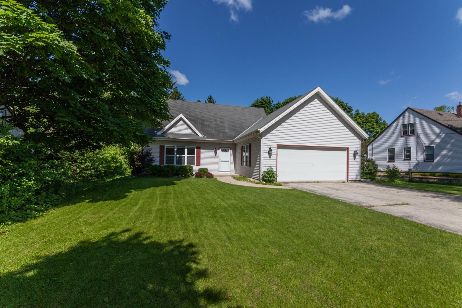1034 Guthrie Rd, Waukesha, Wisconsin 53186, 3 Bedrooms Bedrooms, ,3 BathroomsBathrooms,Single-Family,For Sale,Guthrie Rd,1642048