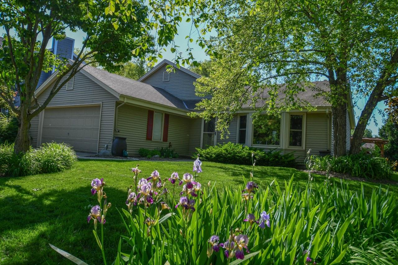 2737 Oakcrest Dr, Waukesha, Wisconsin 53188, 3 Bedrooms Bedrooms, 6 Rooms Rooms,2 BathroomsBathrooms,Single-Family,For Sale,Oakcrest Dr,1642028
