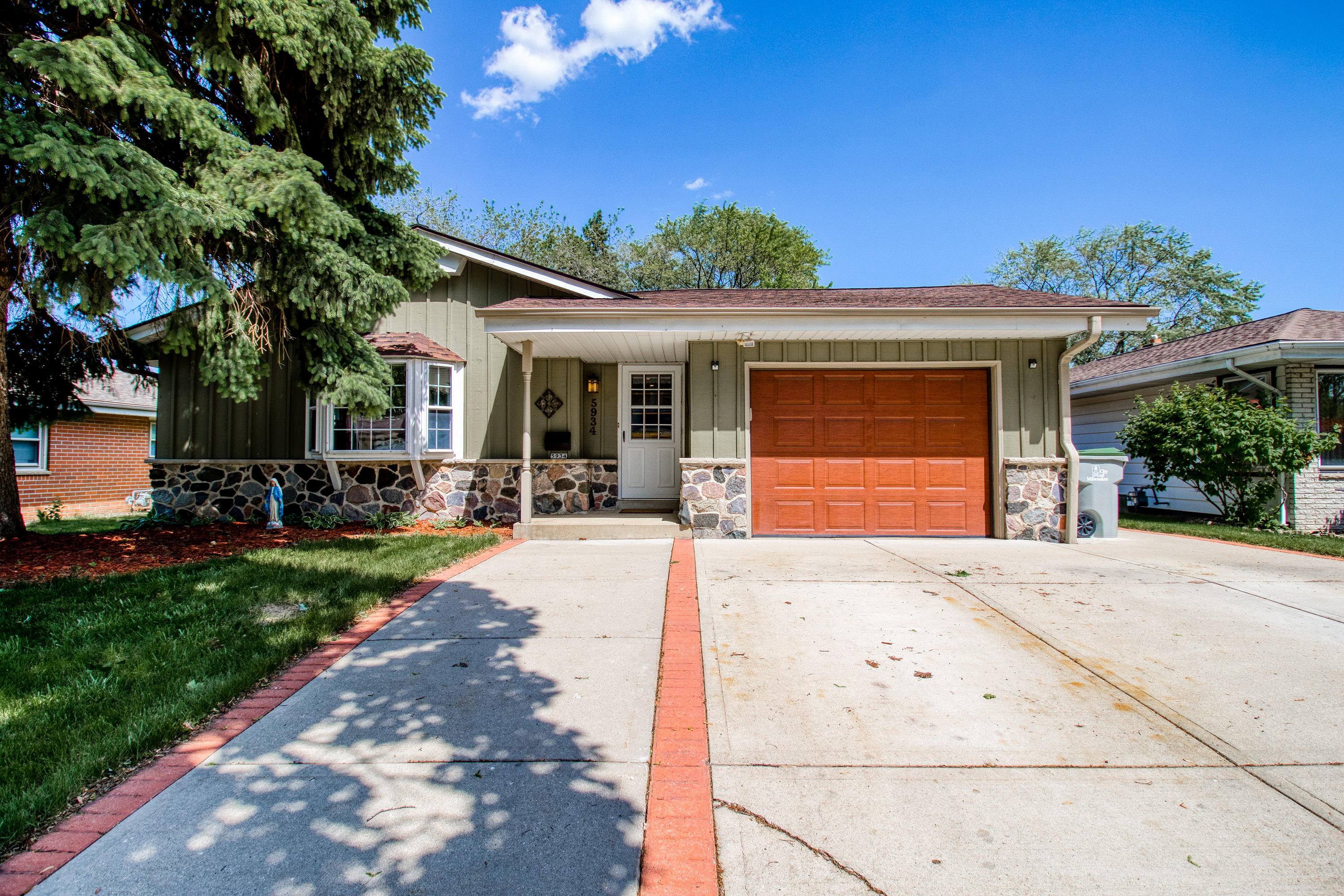 5934 18th St, Milwaukee, Wisconsin 53221, 3 Bedrooms Bedrooms, ,1 BathroomBathrooms,Single-Family,For Sale,18th St,1642507