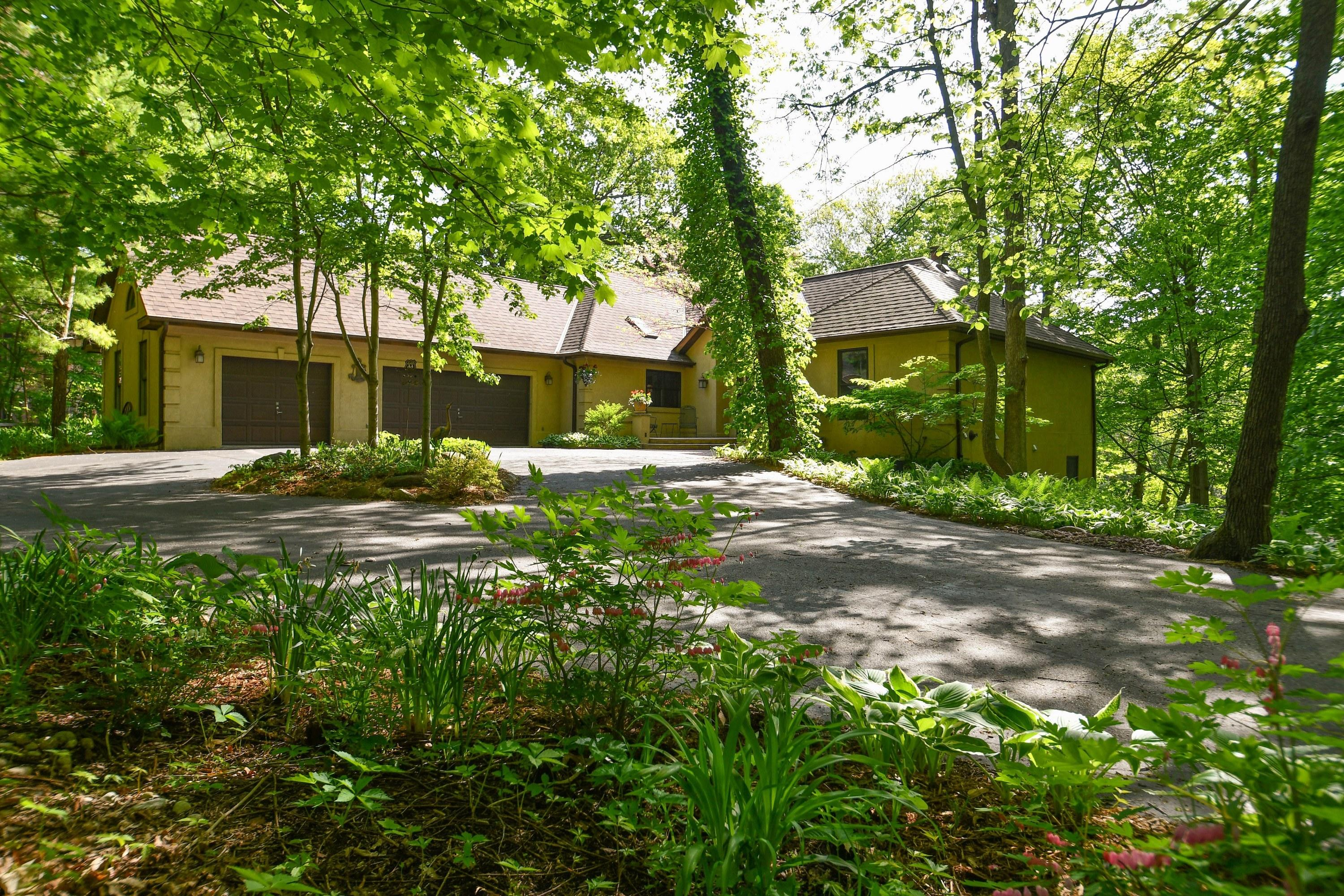 4560 Hewitts Point Rd, Oconomowoc Lake, Wisconsin 53066, 4 Bedrooms Bedrooms, 10 Rooms Rooms,3 BathroomsBathrooms,Single-Family,For Sale,Hewitts Point Rd,1644258