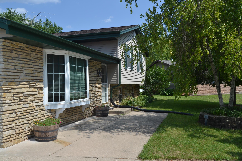 1400 Fox Point Ct, Waukesha, Wisconsin 53189, 4 Bedrooms Bedrooms, ,2 BathroomsBathrooms,Single-Family,For Sale,Fox Point Ct,1650667