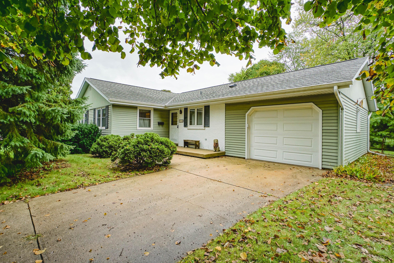 279 Hazel Ln, Hartland, Wisconsin 53029, 3 Bedrooms Bedrooms, 7 Rooms Rooms,1 BathroomBathrooms,Single-Family,For Sale,Hazel Ln,1661893