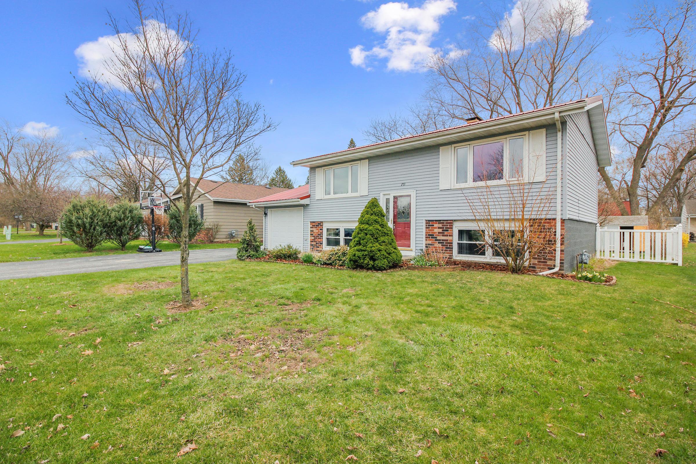 711 Harvard St, Oconomowoc, Wisconsin 53066, 4 Bedrooms Bedrooms, 8 Rooms Rooms,2 BathroomsBathrooms,Single-Family,For Sale,Harvard St,1685378