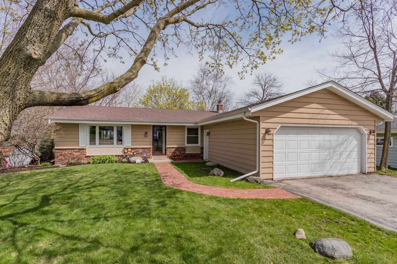 2014 Dixie Dr, Waukesha, Wisconsin 53189, 3 Bedrooms Bedrooms, ,1 BathroomBathrooms,Single-Family,For Sale,Dixie Dr,1687429