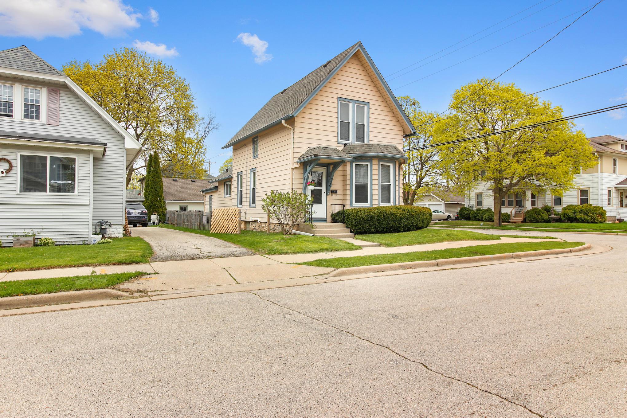 926 Linden St, Waukesha, Wisconsin 53186, 3 Bedrooms Bedrooms, 6 Rooms Rooms,1 BathroomBathrooms,Single-Family,For Sale,Linden St,1686809