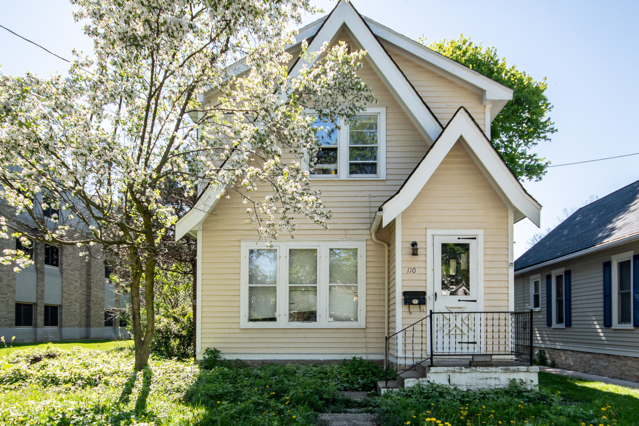110 Charles St, Waukesha, Wisconsin 53186, 3 Bedrooms Bedrooms, 7 Rooms Rooms,2 BathroomsBathrooms,Single-Family,For Sale,Charles St,1679317