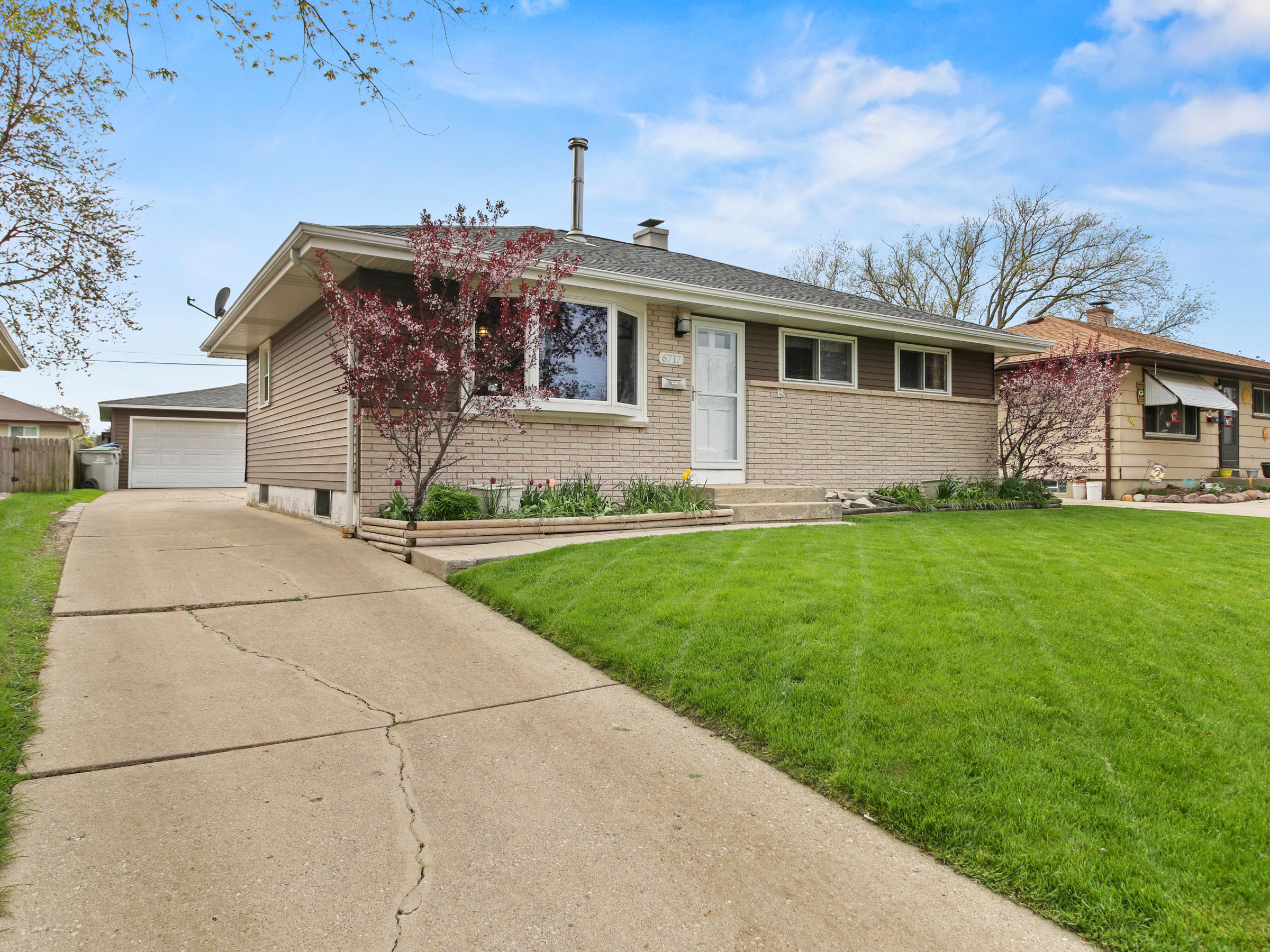 6717 17th St, Milwaukee, Wisconsin 53221, 3 Bedrooms Bedrooms, 5 Rooms Rooms,2 BathroomsBathrooms,Single-Family,For Sale,17th St,1690345