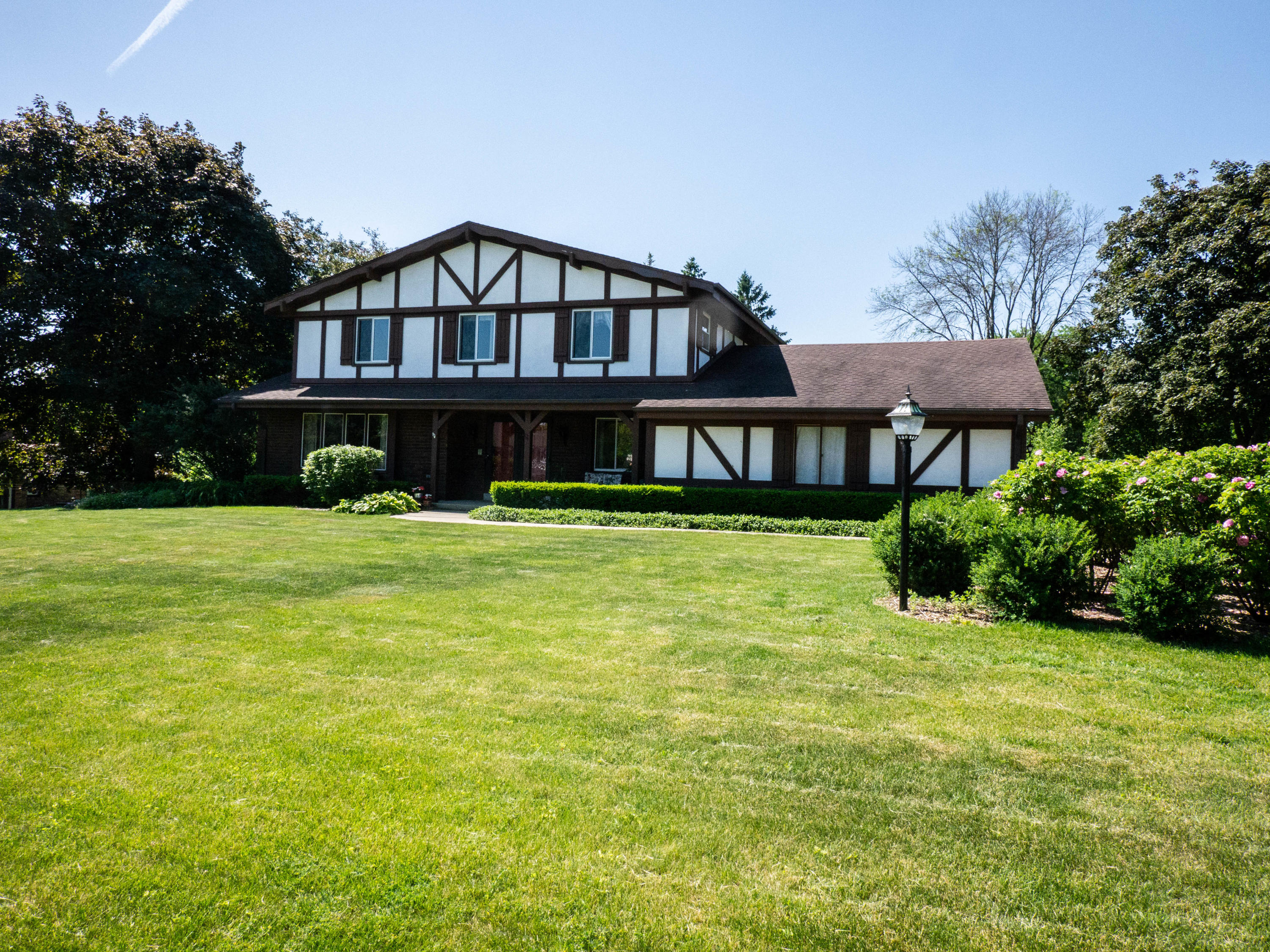 16325 Shore Line Dr, Brookfield, Wisconsin 53005, 5 Bedrooms Bedrooms, 11 Rooms Rooms,2 BathroomsBathrooms,Single-Family,For Sale,Shore Line Dr,1694356