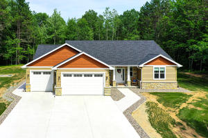 752 Maple Leaf Trail, Little Suamico, WI 54171