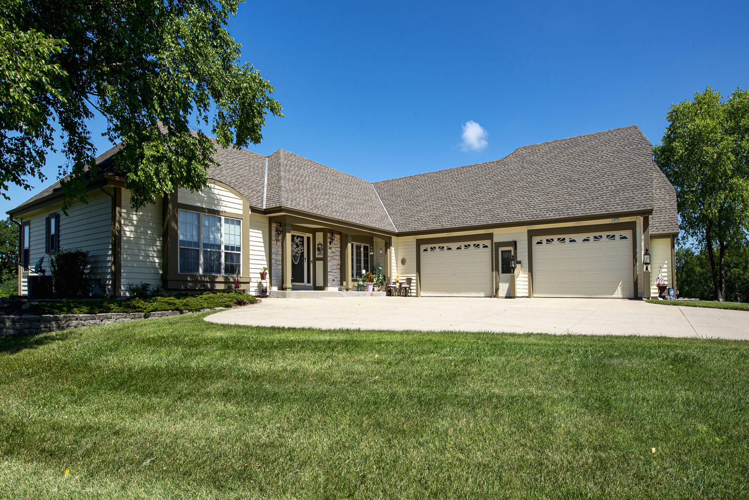N46W28542 Willow Brook Ct, Delafield, Wisconsin 53029, 4 Bedrooms Bedrooms, 10 Rooms Rooms,3 BathroomsBathrooms,Single-Family,For Sale,Willow Brook Ct,1699679