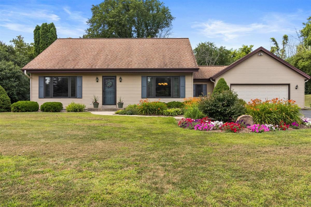 W275S4471 Green Country Rd, Waukesha, Wisconsin 53189, 3 Bedrooms Bedrooms, 8 Rooms Rooms,2 BathroomsBathrooms,Single-Family,For Sale,Green Country Rd,1702144