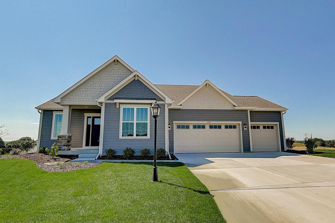 1398 Overlook Cir East, Hartland, Wisconsin 53029, 2 Bedrooms Bedrooms, ,2 BathroomsBathrooms,Condominiums,For Sale,Overlook Cir East,1,1709448