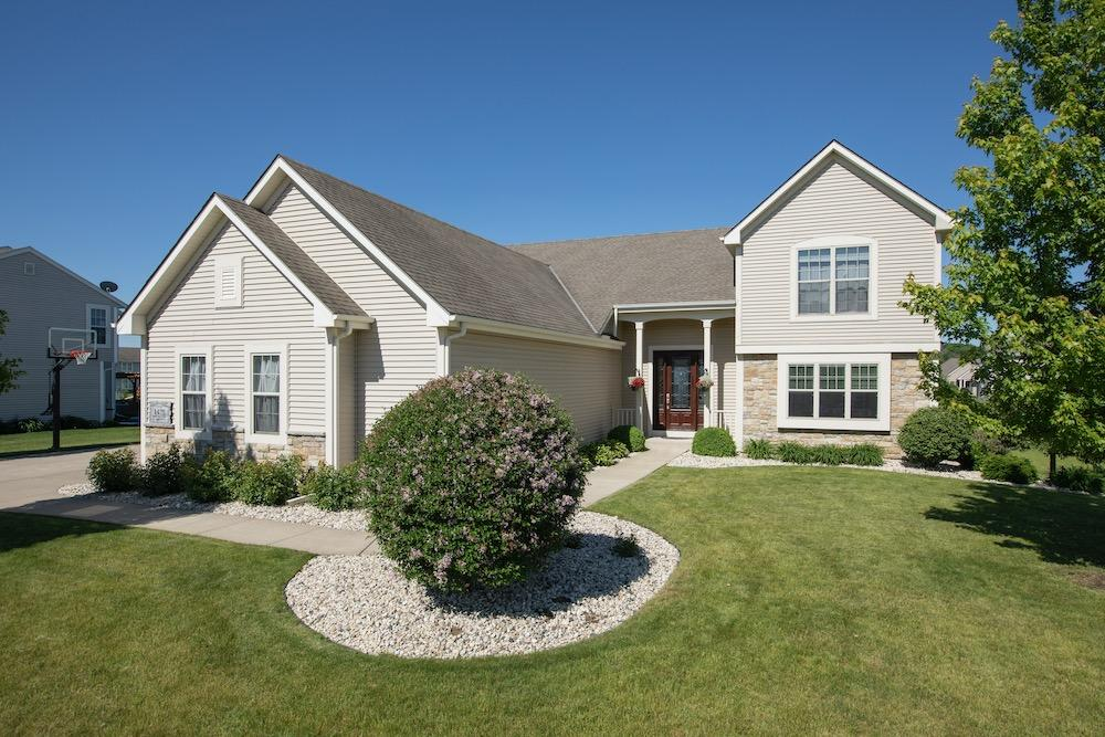 1470 Waters Edge Dr, Oconomowoc, Wisconsin 53066, 4 Bedrooms Bedrooms, 8 Rooms Rooms,2 BathroomsBathrooms,Single-Family,For Sale,Waters Edge Dr,1722899