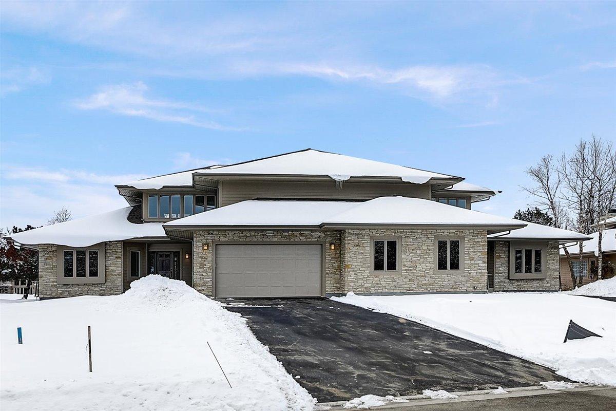 1207 Sweetbriar Ln, Hartland, Wisconsin 53029, 3 Bedrooms Bedrooms, 11 Rooms Rooms,2 BathroomsBathrooms,Condominiums,For Sale,Sweetbriar Ln,1,1715348