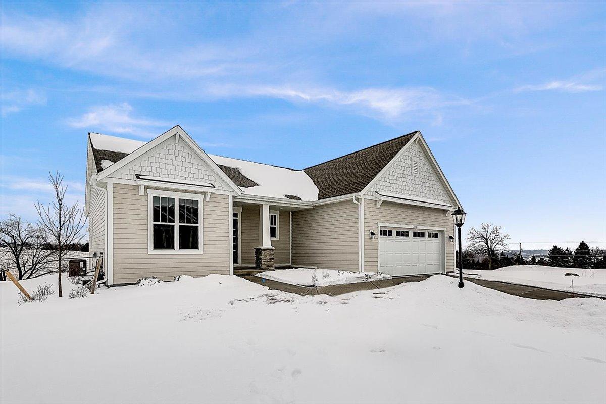 1390 Overlook Cir E, Hartland, Wisconsin 53029, 2 Bedrooms Bedrooms, ,2 BathroomsBathrooms,Condominiums,For Sale,Overlook Cir E,1,1730968