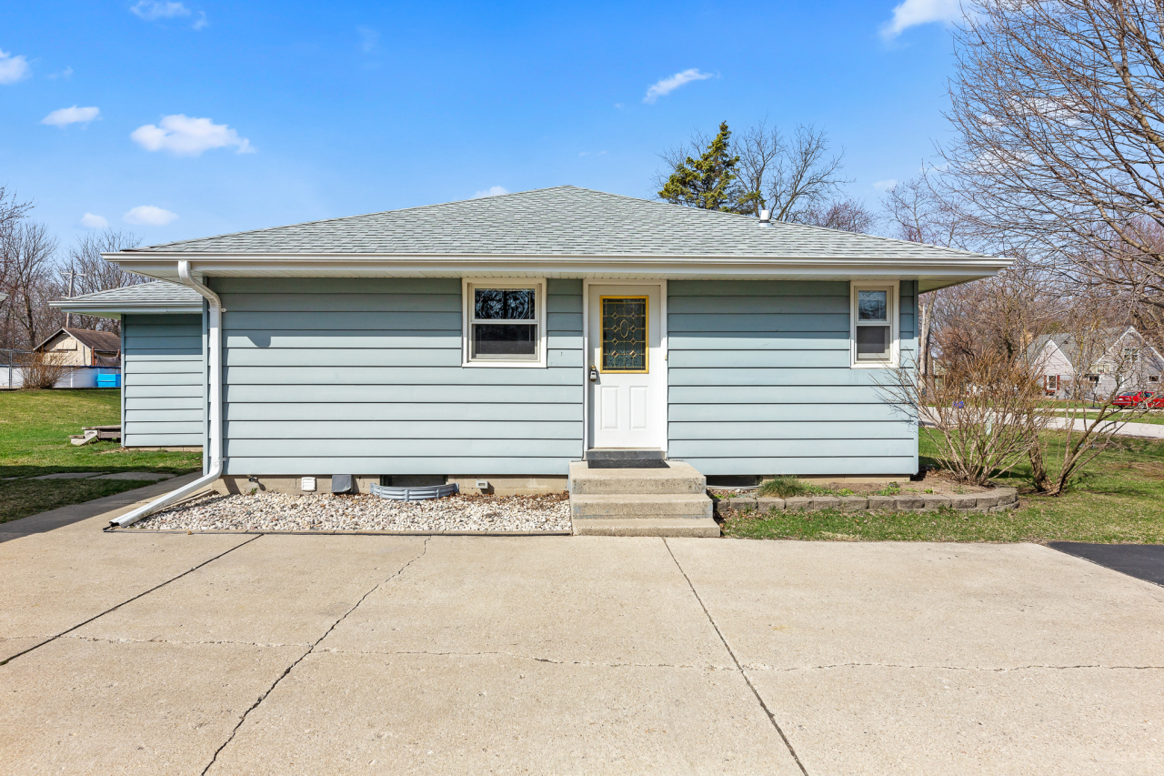 1014 Sunset Dr, Delafield, Wisconsin 53018, 4 Bedrooms Bedrooms, 7 Rooms Rooms,2 BathroomsBathrooms,Single-Family,For Sale,Sunset Dr,1732844
