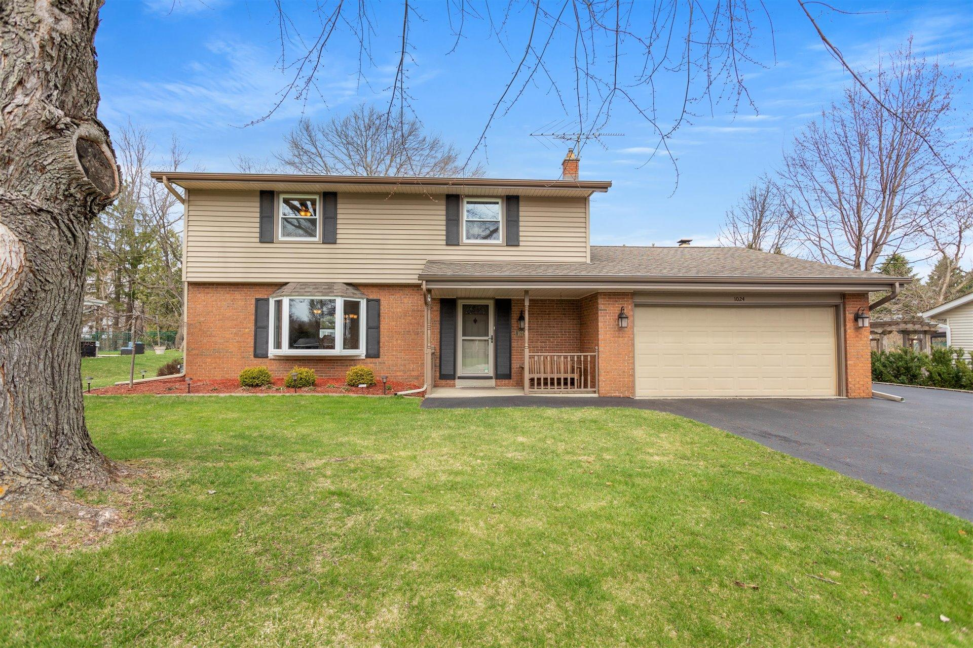 1024 Anton Rd, Hartland, Wisconsin 53029, 4 Bedrooms Bedrooms, 9 Rooms Rooms,2 BathroomsBathrooms,Single-Family,For Sale,Anton Rd,1733860