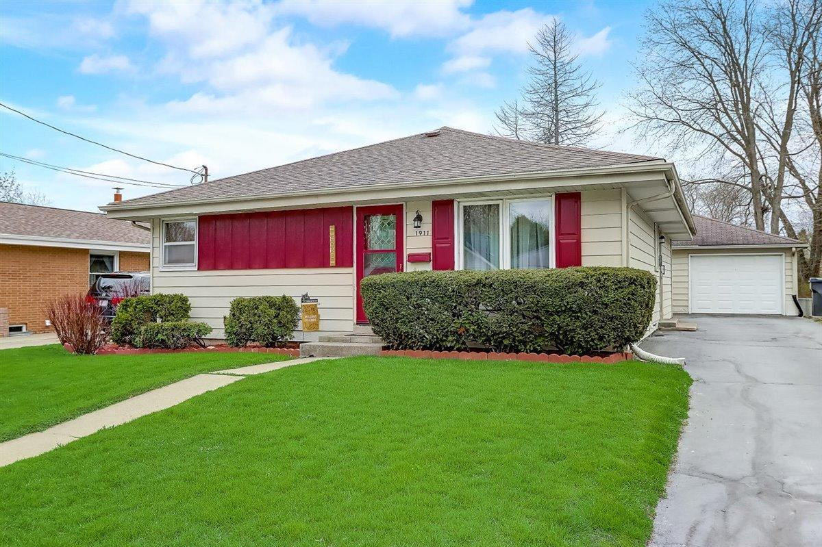 1911 Francis St, Waukesha, Wisconsin 53188, 3 Bedrooms Bedrooms, 6 Rooms Rooms,1 BathroomBathrooms,Single-Family,For Sale,Francis St,1735681
