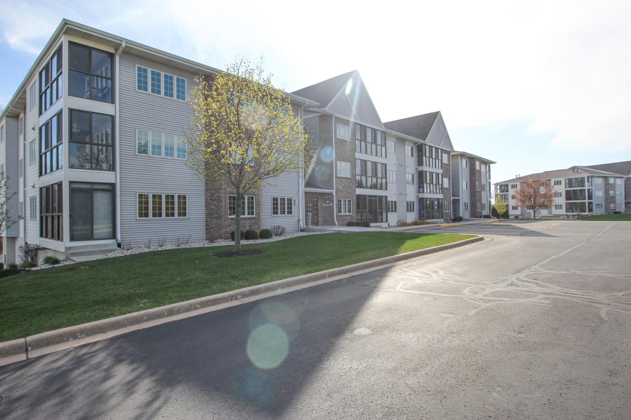 297 Oconomowoc Pkwy, Oconomowoc, Wisconsin 53066, 2 Bedrooms Bedrooms, 7 Rooms Rooms,2 BathroomsBathrooms,Condominiums,For Sale,Oconomowoc Pkwy,3,1735831