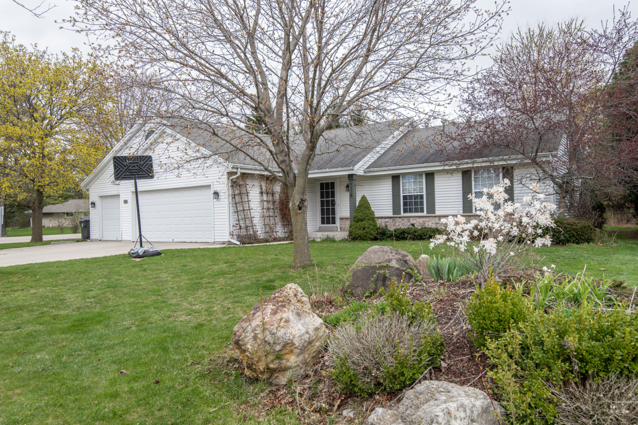 1228 Turnberry Dr, Pewaukee, Wisconsin 53072, 3 Bedrooms Bedrooms, 8 Rooms Rooms,3 BathroomsBathrooms,Single-Family,For Sale,Turnberry Dr,1736112