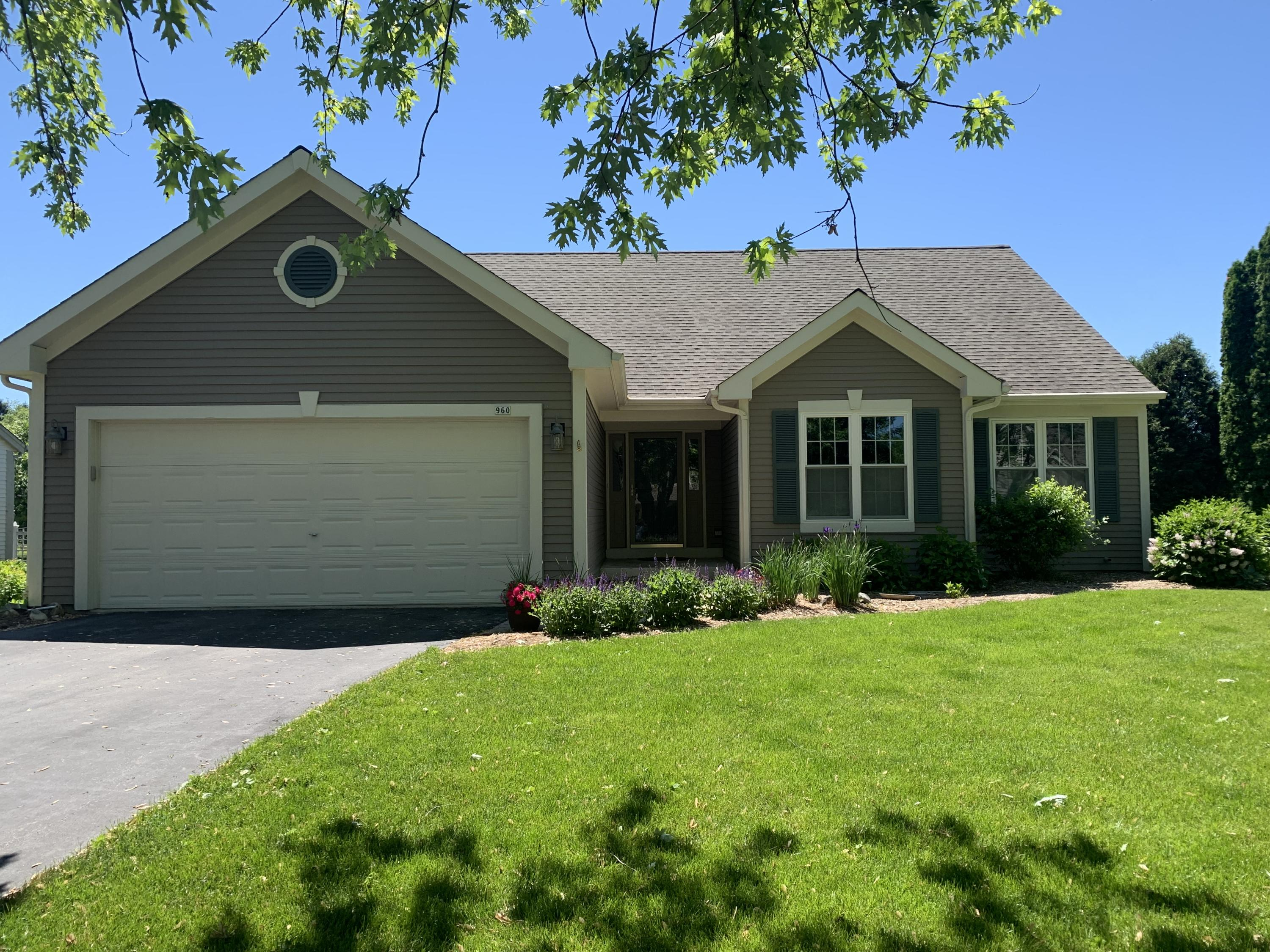 960 Rae Dr, Hartland, Wisconsin 53029, 3 Bedrooms Bedrooms, 6 Rooms Rooms,2 BathroomsBathrooms,Single-Family,For Sale,Rae Dr,1743313