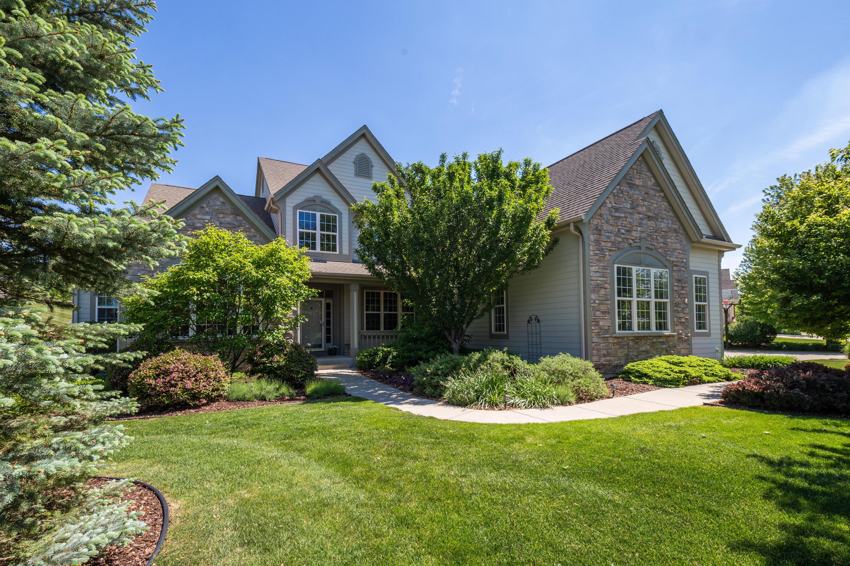 584 Southern Oak Cir, Hartland, Wisconsin 53029, 6 Bedrooms Bedrooms, ,3 BathroomsBathrooms,Single-Family,For Sale,Southern Oak Cir,1743900