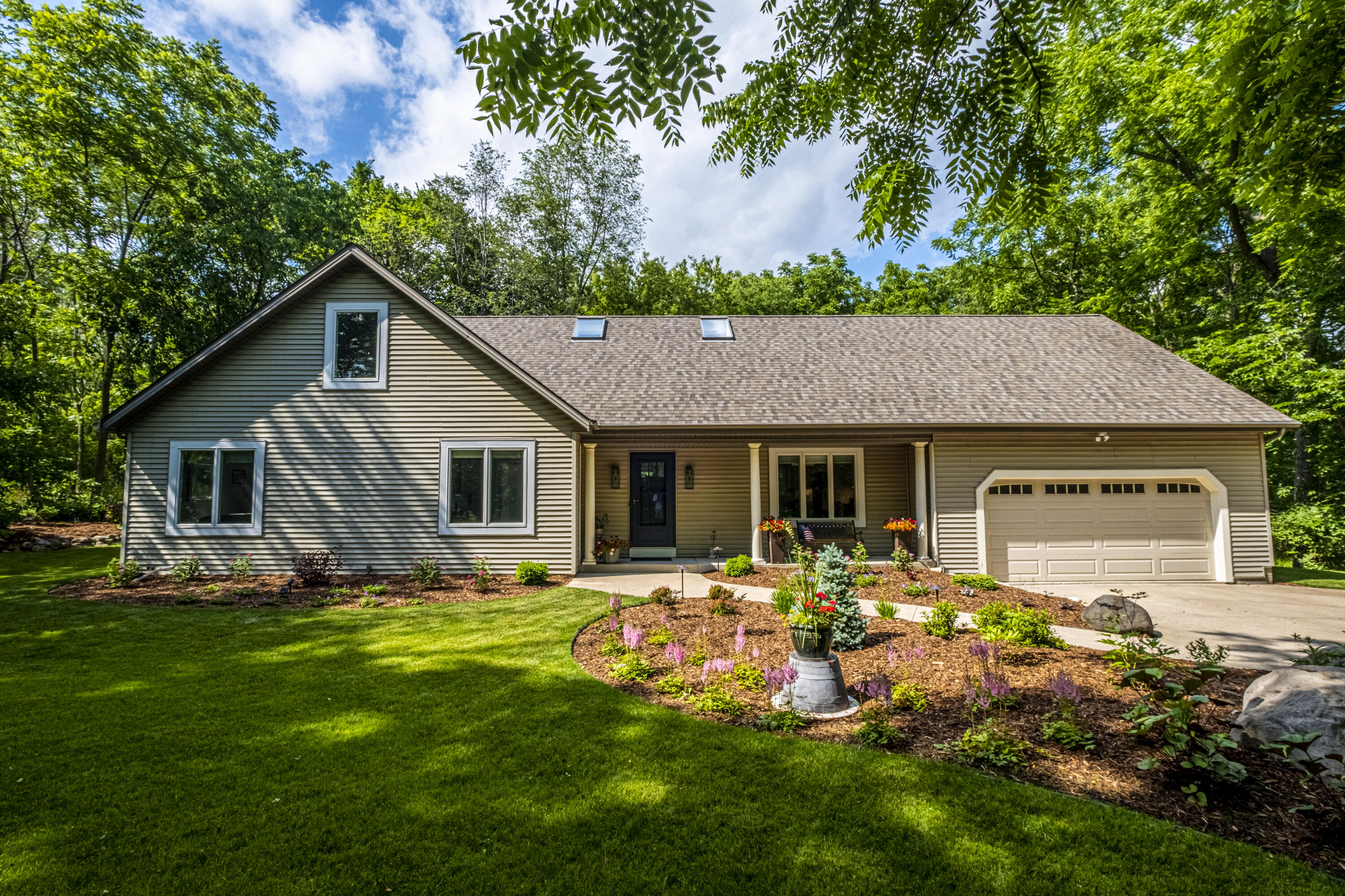 W299N2850 Maple Ave, Delafield, Wisconsin 53072, 3 Bedrooms Bedrooms, 8 Rooms Rooms,3 BathroomsBathrooms,Single-Family,For Sale,Maple Ave,1749009