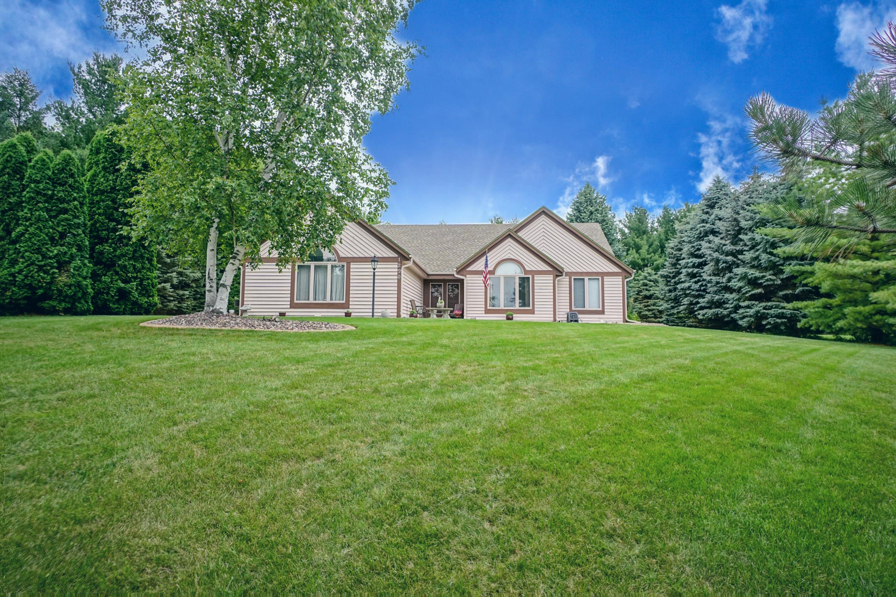1250 Shelly Ln, Hartland, Wisconsin 53029, 4 Bedrooms Bedrooms, 9 Rooms Rooms,3 BathroomsBathrooms,Single-Family,For Sale,Shelly Ln,1751727