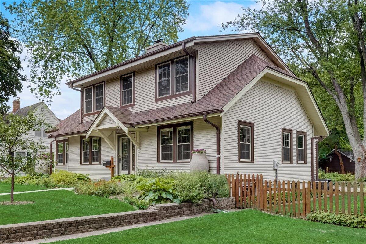 653 Washington St, Oconomowoc, Wisconsin 53066, 4 Bedrooms Bedrooms, 10 Rooms Rooms,2 BathroomsBathrooms,Single-Family,For Sale,Washington St,1752288