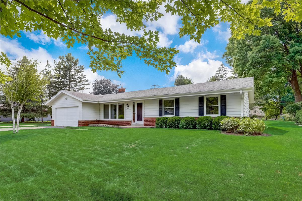2315 Guinevere Dr, Brookfield, Wisconsin 53045, 4 Bedrooms Bedrooms, 6 Rooms Rooms,3 BathroomsBathrooms,Single-Family,For Sale,Guinevere Dr,1754139
