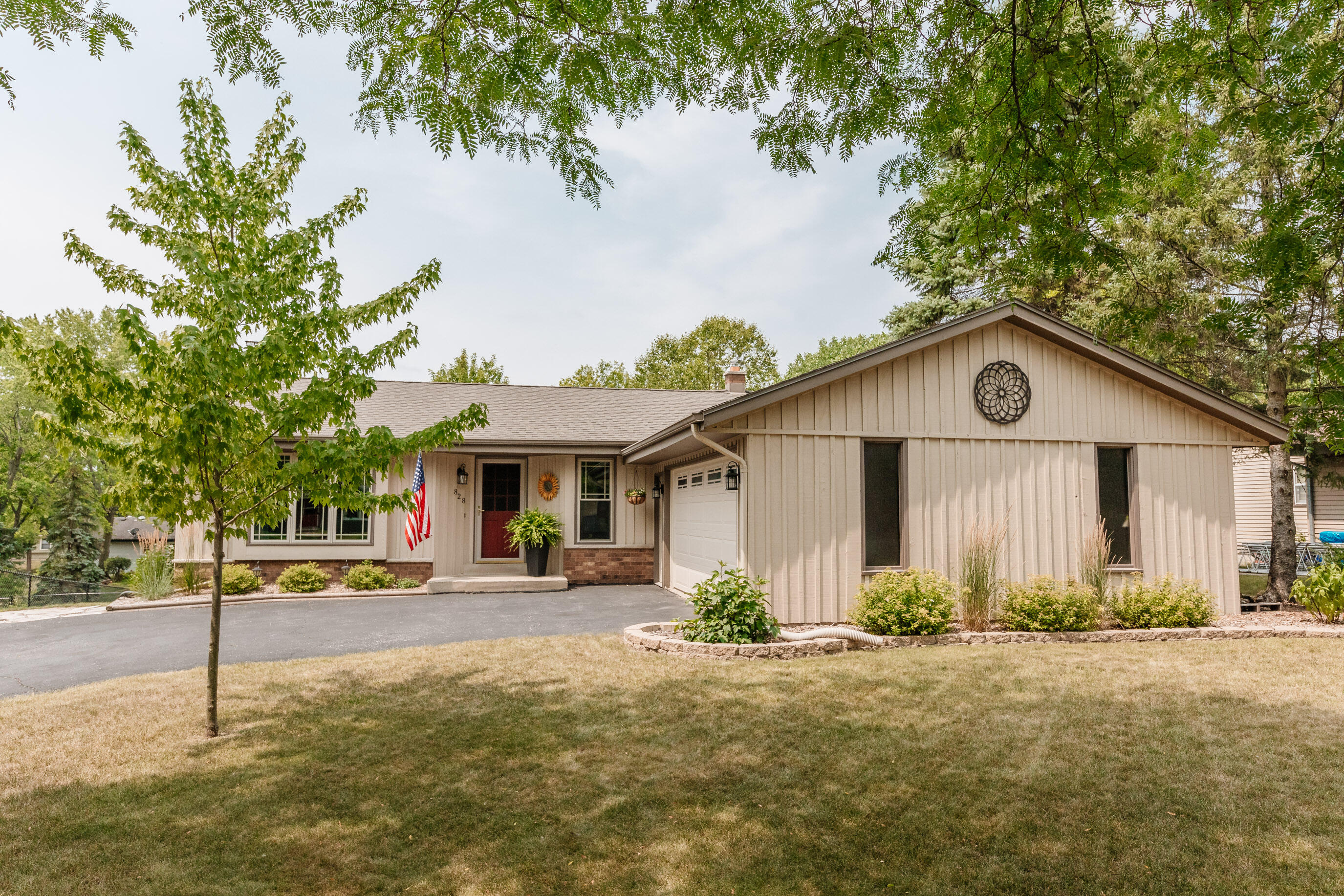 828 Briar Hill Dr, Waukesha, Wisconsin 53188, 4 Bedrooms Bedrooms, 7 Rooms Rooms,2 BathroomsBathrooms,Single-Family,For Sale,Briar Hill Dr,1755123