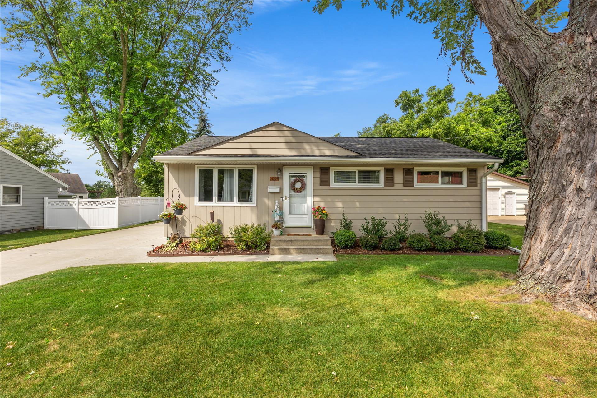 149 Highland Ave, Hartland, Wisconsin 53029, 3 Bedrooms Bedrooms, ,2 BathroomsBathrooms,Single-Family,For Sale,Highland Ave,1760299