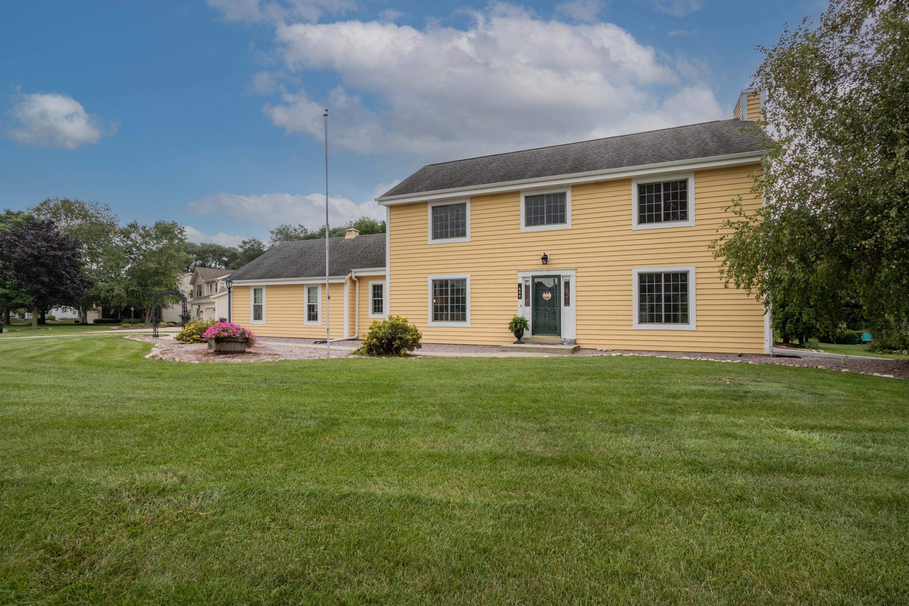 600 Rae Dr, Hartland, Wisconsin 53029, 4 Bedrooms Bedrooms, 9 Rooms Rooms,2 BathroomsBathrooms,Single-Family,For Sale,Rae Dr,1760161