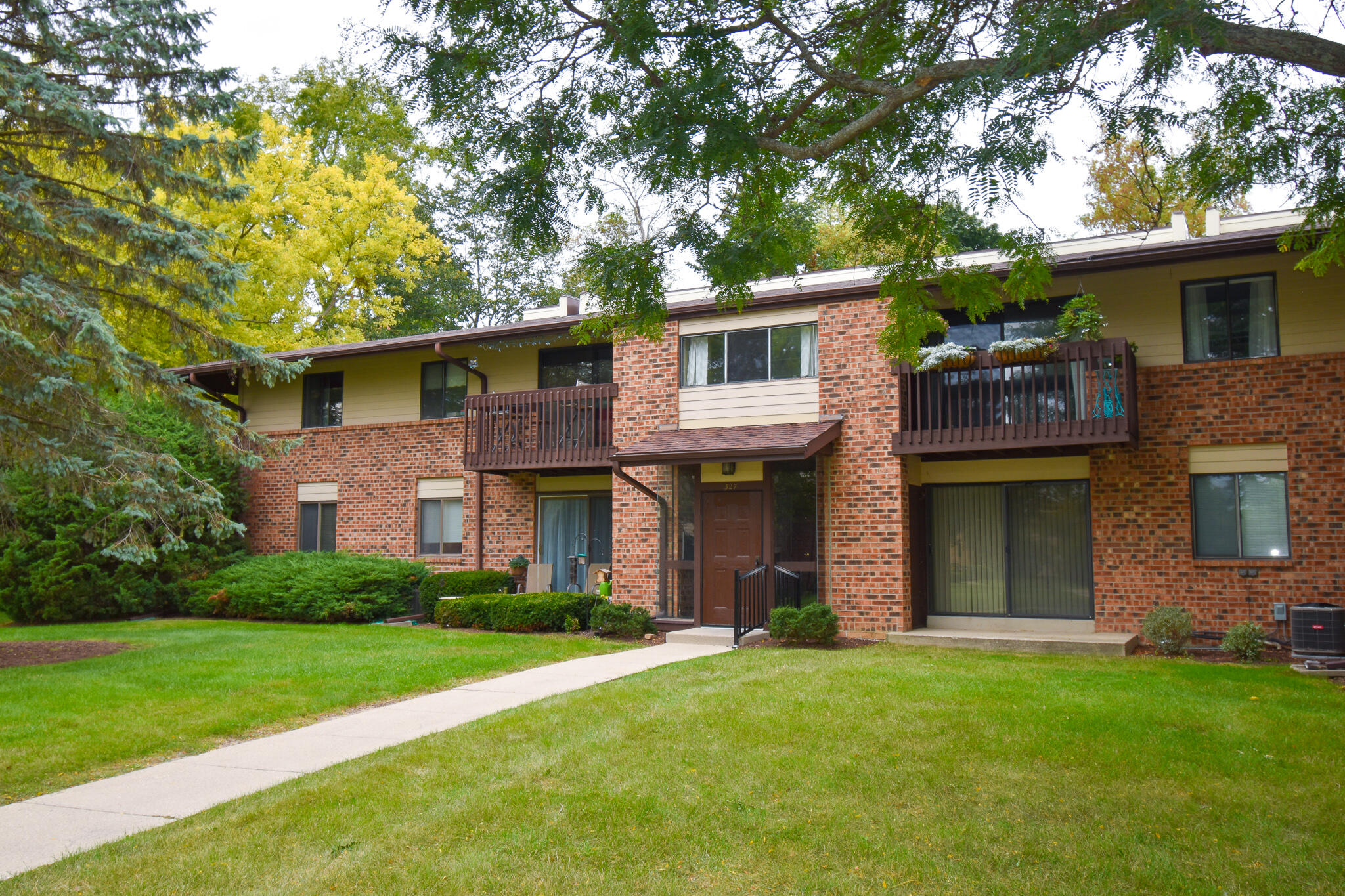 327 Park Hill Dr, Pewaukee, Wisconsin 53072, 1 Bedroom Bedrooms, 5 Rooms Rooms,1 BathroomBathrooms,Condominiums,For Sale,Park Hill Dr,2,1764977