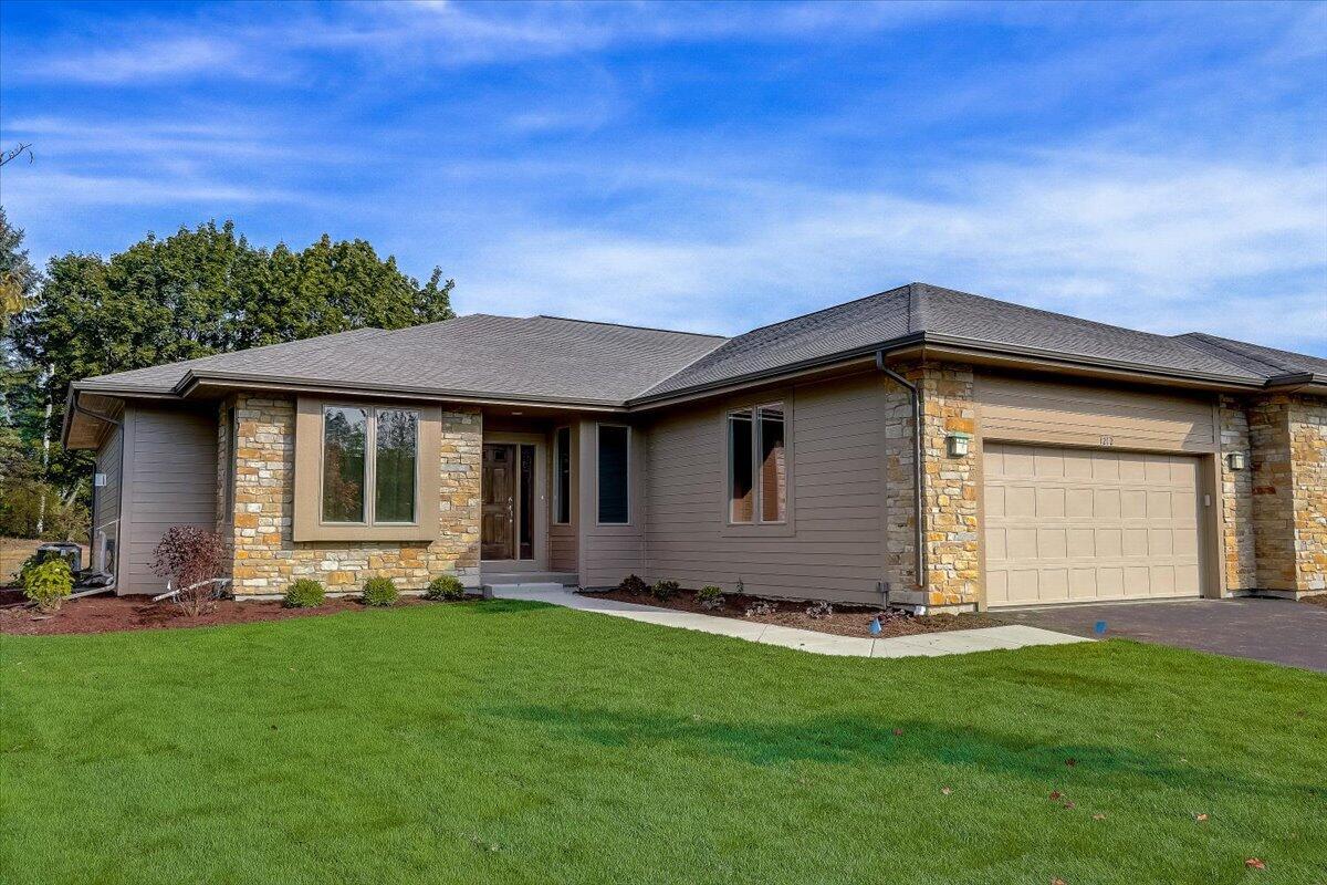 1212 Sweetbriar Ln, Hartland, Wisconsin 53029, 2 Bedrooms Bedrooms, 9 Rooms Rooms,2 BathroomsBathrooms,Condominiums,For Sale,Sweetbriar Ln,1,1766921