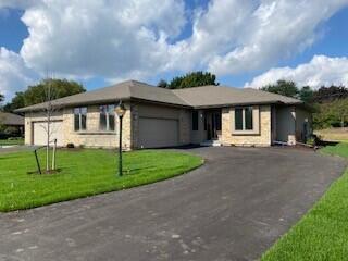 1214 Sweetbriar Ln, Hartland, Wisconsin 53029, 2 Bedrooms Bedrooms, 9 Rooms Rooms,2 BathroomsBathrooms,Condominiums,For Sale,Sweetbriar Ln,1,1766916
