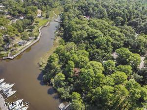 Nature at it's best! Beautiful Inner Harbor LOT abundantly filled with live oaks and hardwoods. Your dream house is within reach on this very special waterfront lot. Located across from the Harbor Park and within minutes of downtown night life and restaurants.