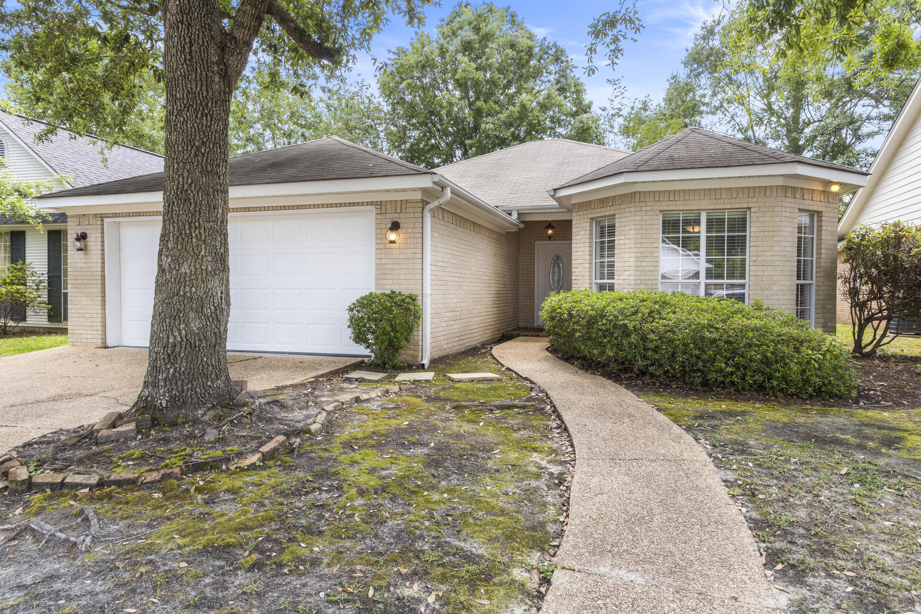 Move in Ready.  Brick home located on a dead end street.  Spacious living room, 3 bedrooms, 2 full baths, kitchen with granite counters, stainless steel appliances, breakfast area with bay window.  Florida room that is heated/cooled.  Large back patio.