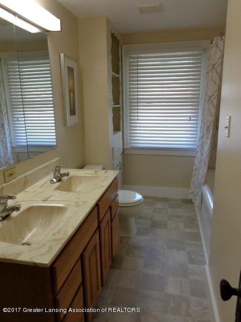 426 W Barnes Ave - Bathroom - 13