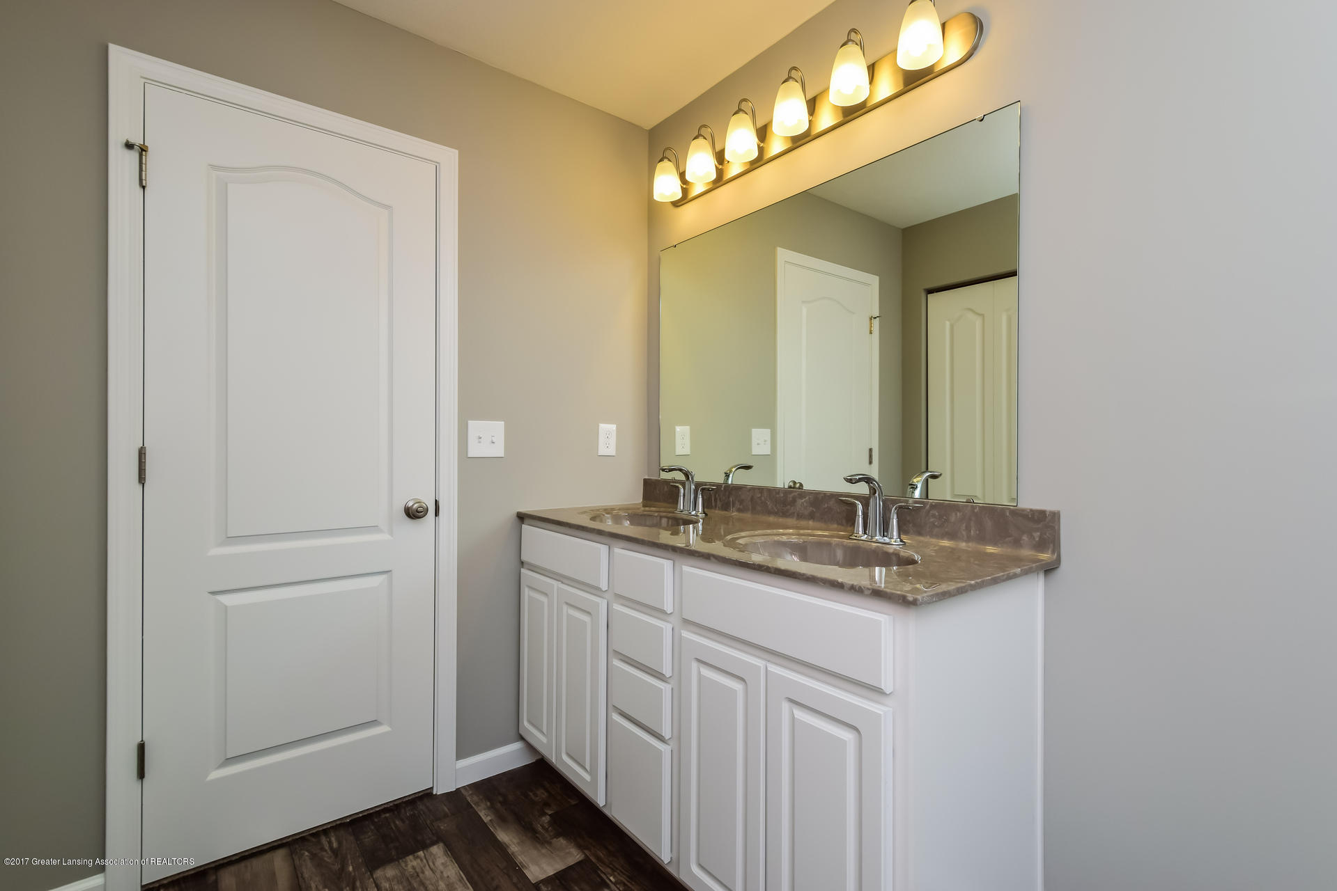 960 Pennine Ridge Way - Master Bath MDE017-E2070-1 - 16