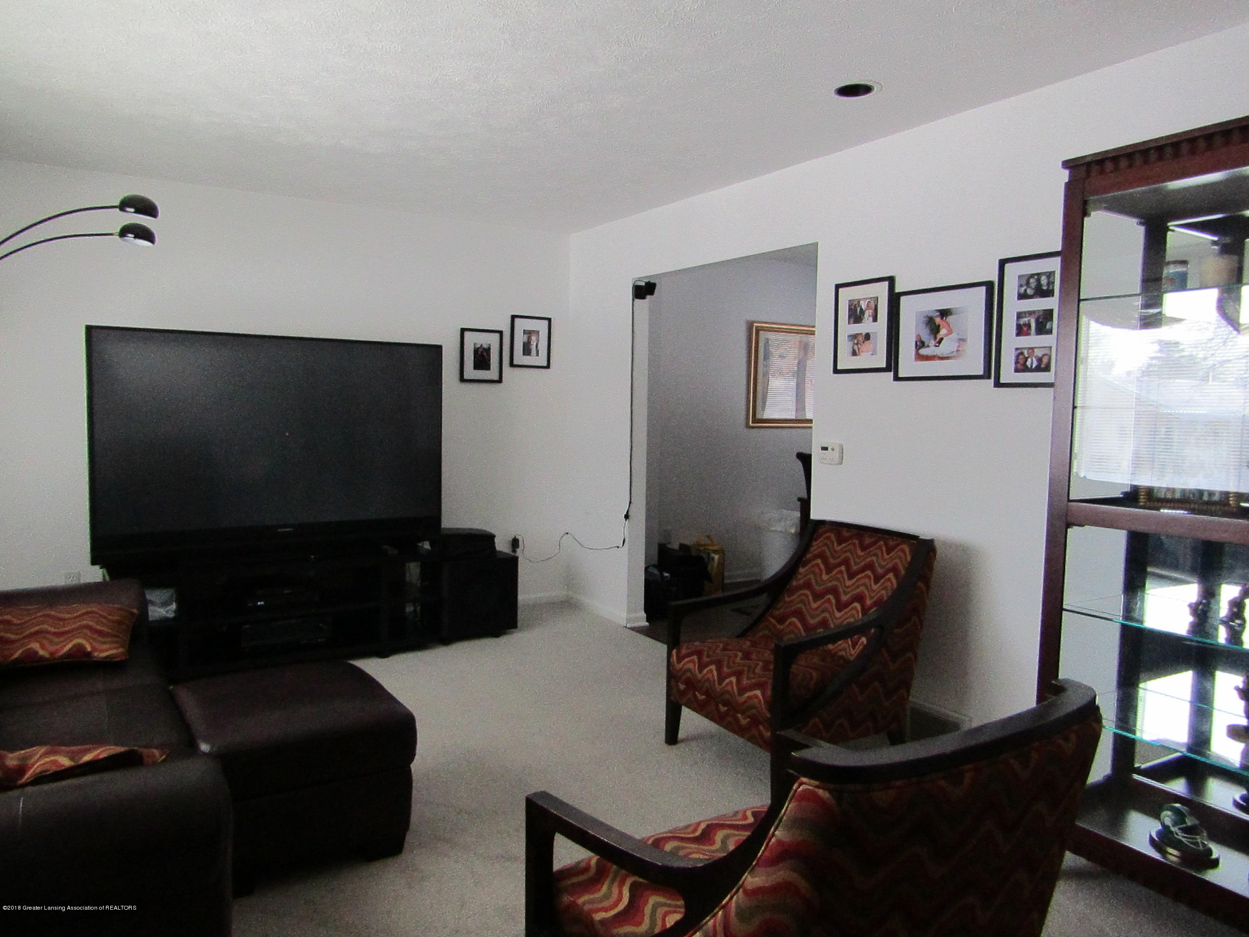 2123 Beacon Hill Dr - Spacious Living Room - 4