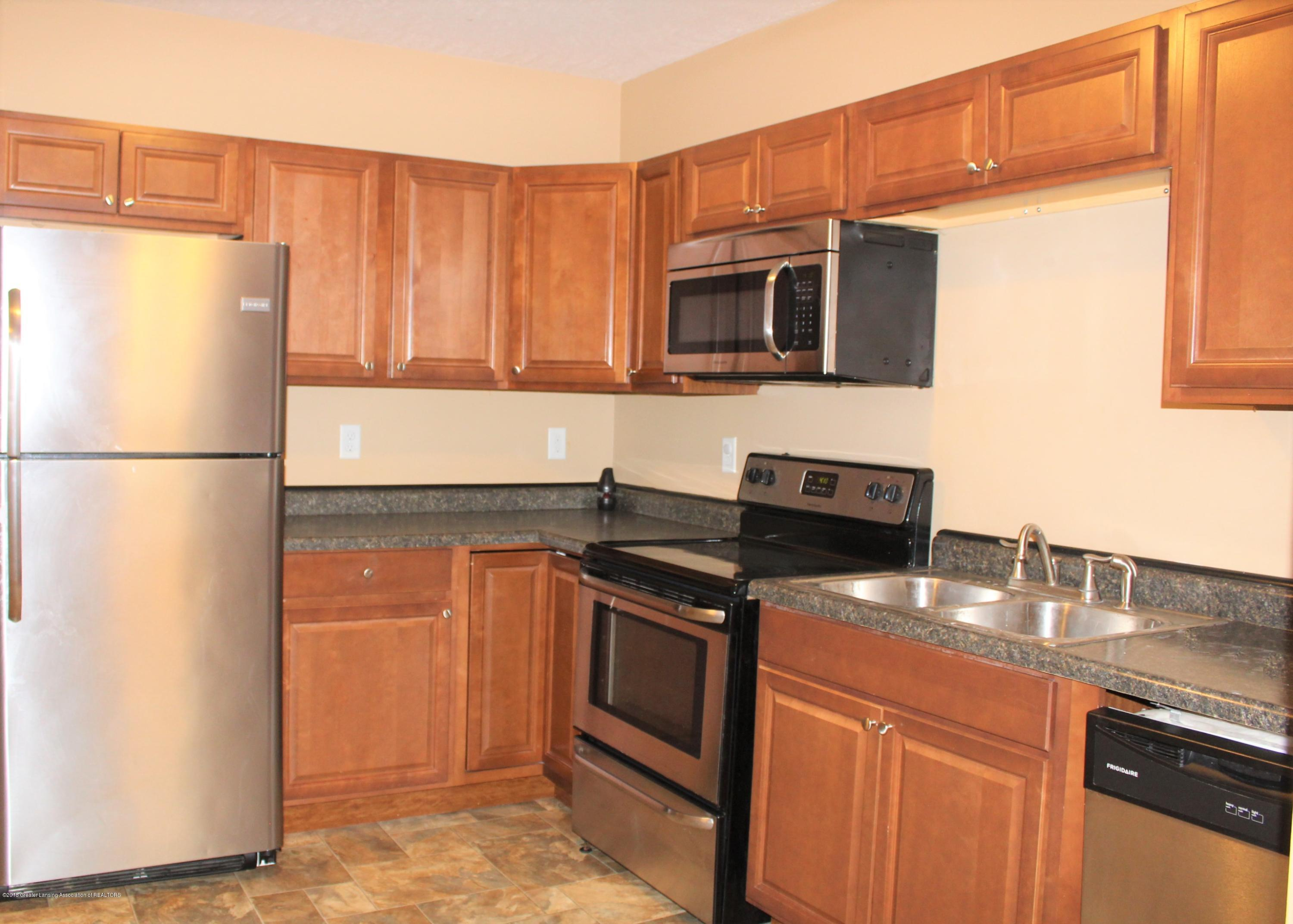 532 Bentley St - Kitchen with stainless steel appliances - 5