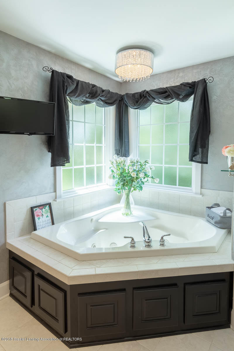 15011 Seniors Ct - Master Bath Jetted Tub - 53