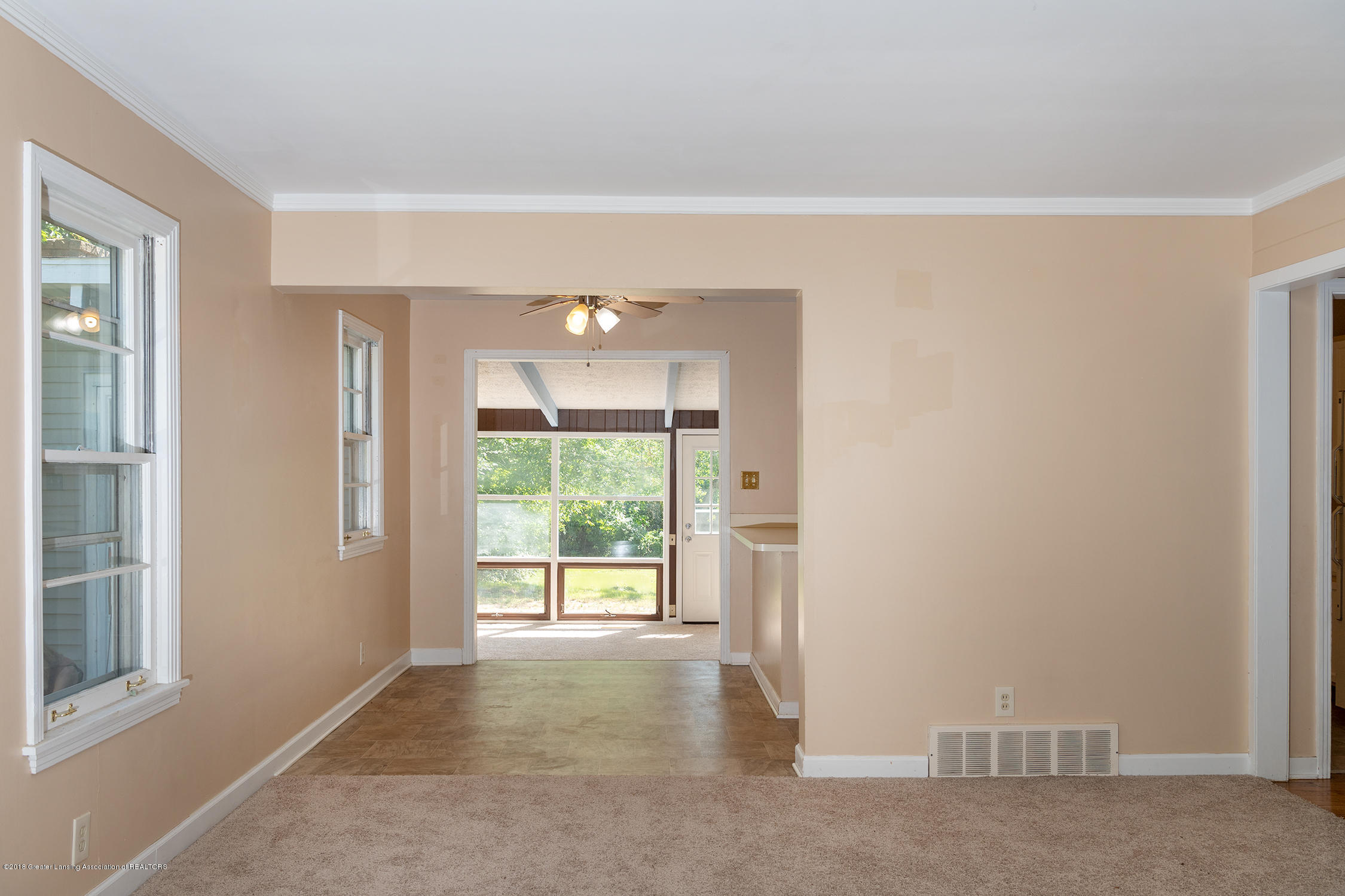 1211 Daisy Ln - view into great room - 11