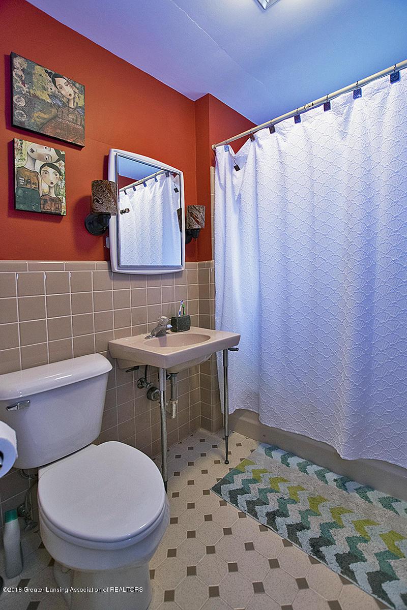 109 S Cedar St - 109 S Cedar- 2nd Floor Full Bath - 19