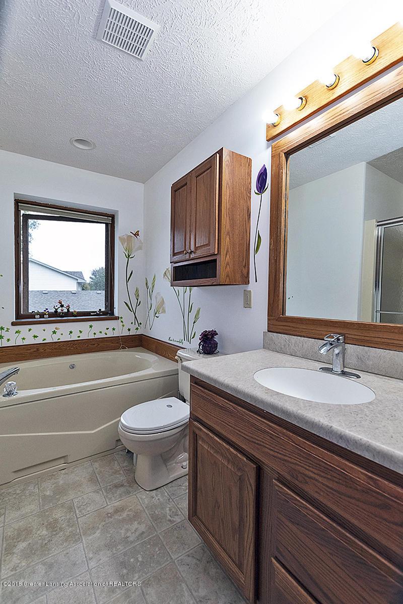 2600 Ayrshire Dr - 2600 Ayrshire Master Bathroom Tub and Va - 11