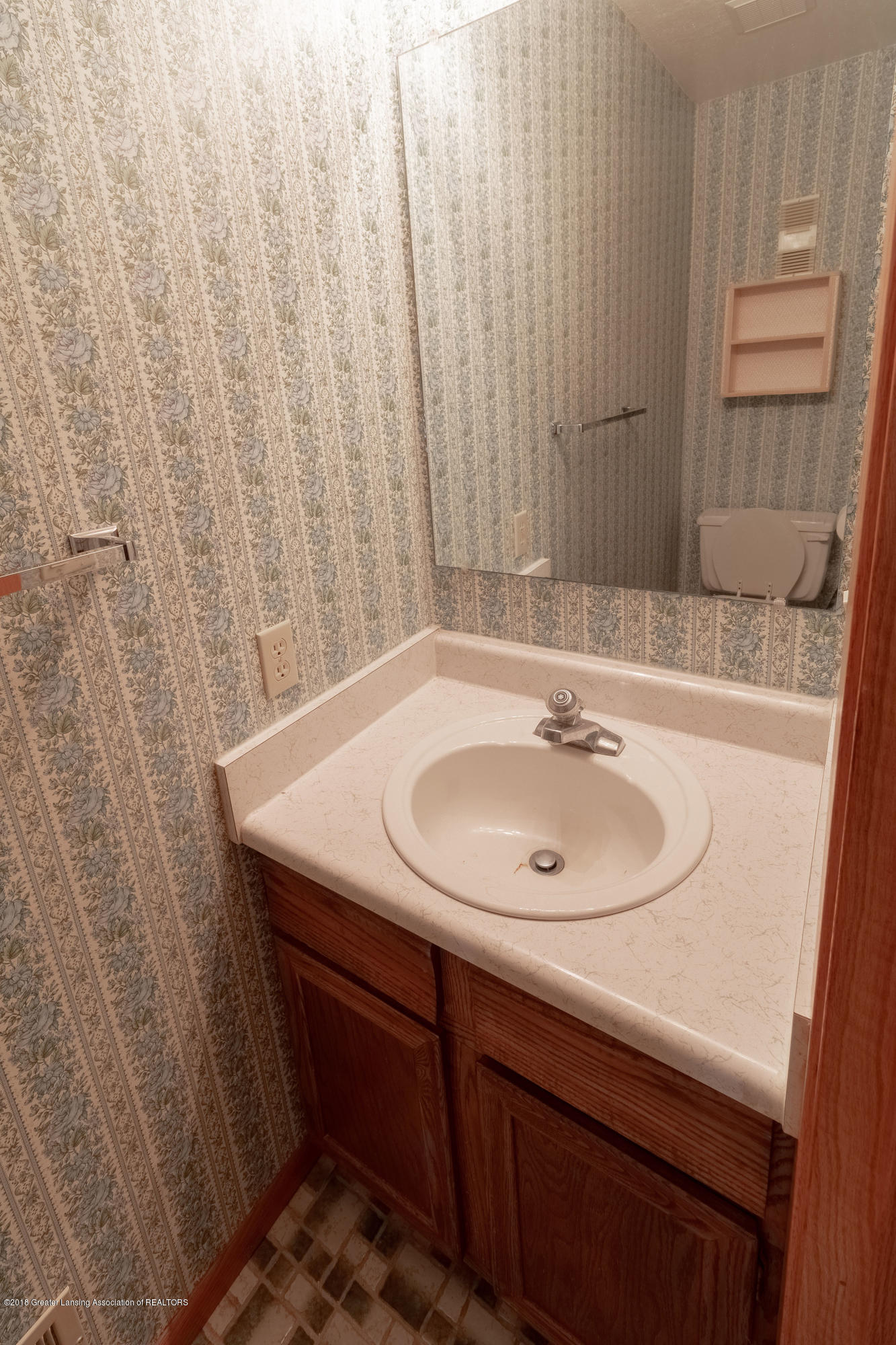 8057 Hunter Rd - Upstairs Full Bath - 33